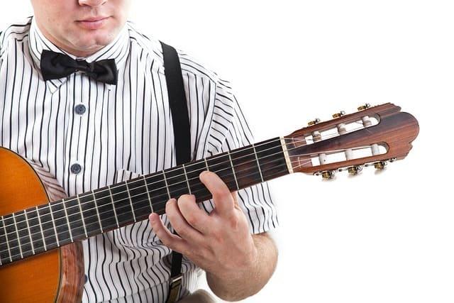 hombre-tocando-guitarra