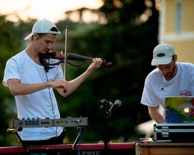 hombre-con-violín-eléctrico