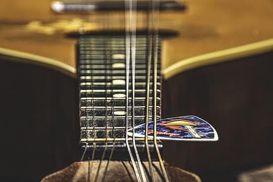 Como-cambiar-cuerdas-de-guitarra-acustica-balancea-el-cuello-de-la-guitarra