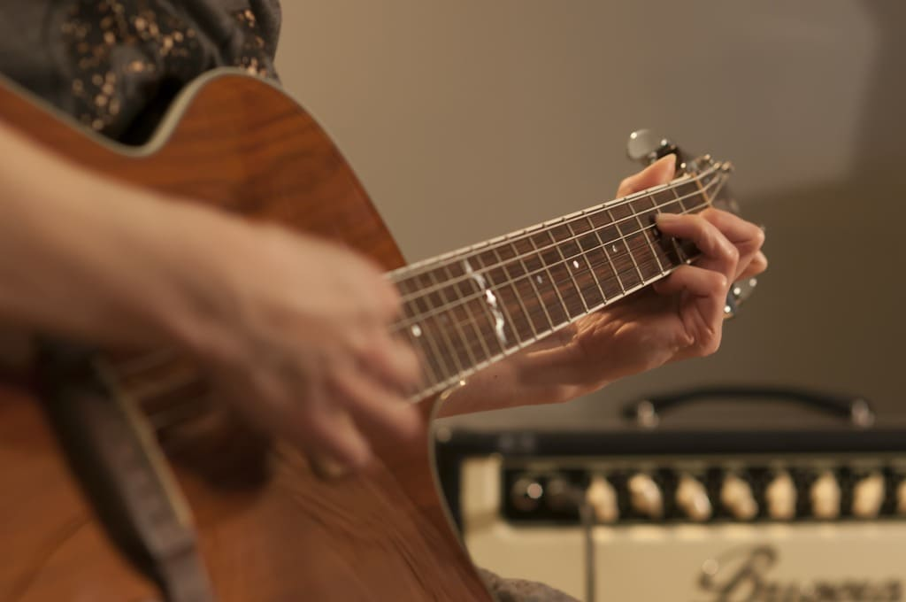 Como-cambiar-cuerdas-de-guitarra-acustica-guia-paso-a-paso