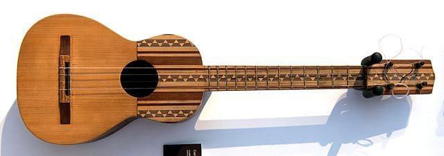 Cuatro-instrumento-de-cuerda-punteada