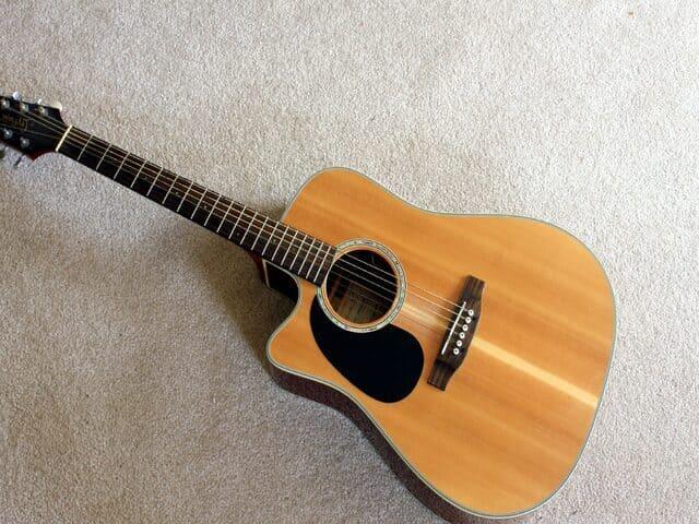Guitarra-acustica-instrumento-de-cuerda-punteada