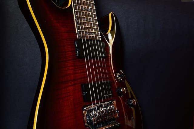 Guitarra-de-ocho-cuerdas-instrumento-de-cuerda-punteada